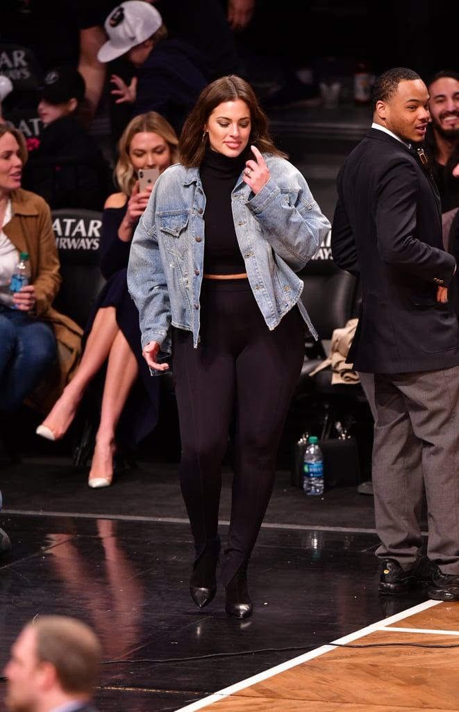 Ashley Graham в черных леггинсах, кроп топ и джинсовка