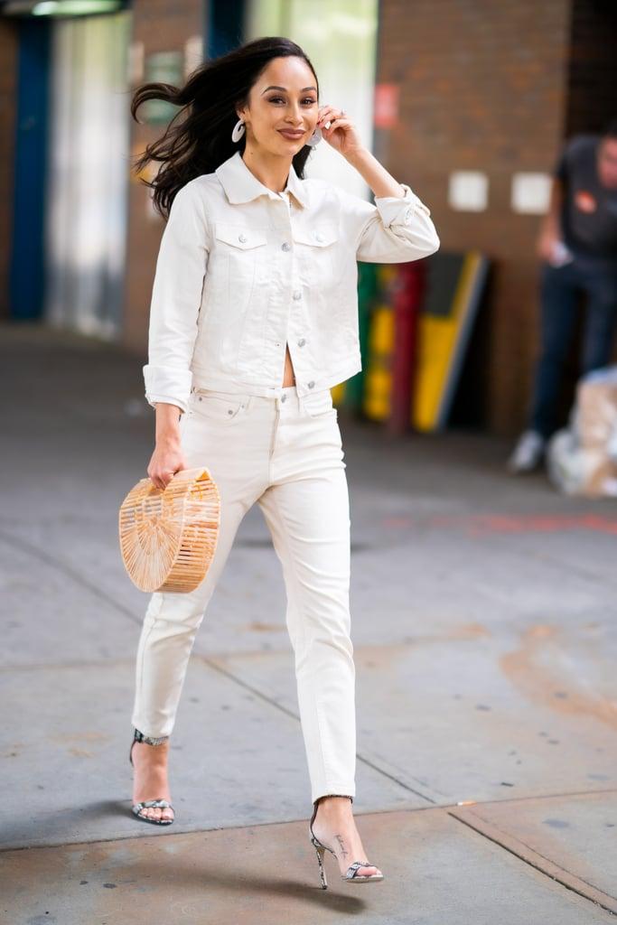 Cara Santana в белом джинсовом костюме, туфли из змеинной кожи и соломенная сумка