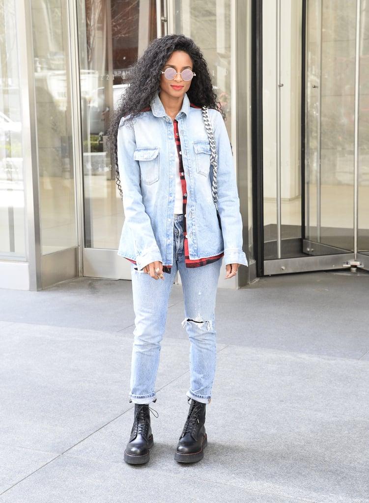 Ciara в рваных джинсах, голубая джинсовка и черные ботинки