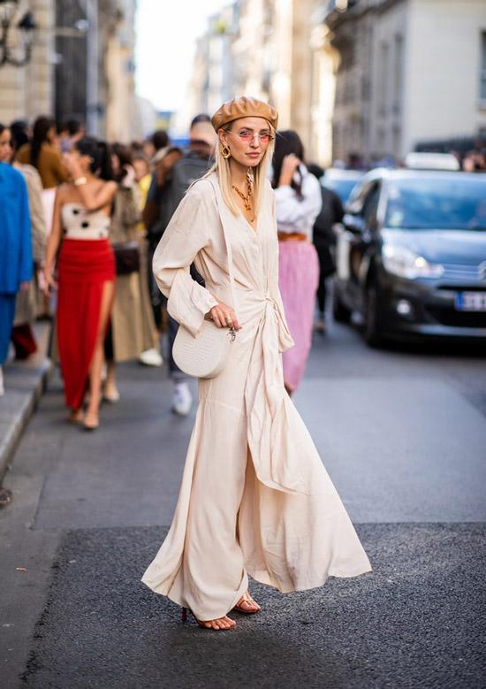 Девушка в белом платье макси с поясом и кожаный берет