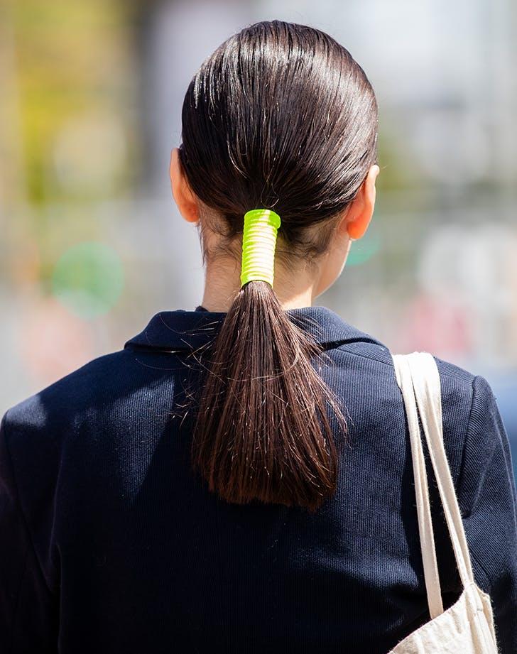 Девушка с неоново зелеными резинками для волос