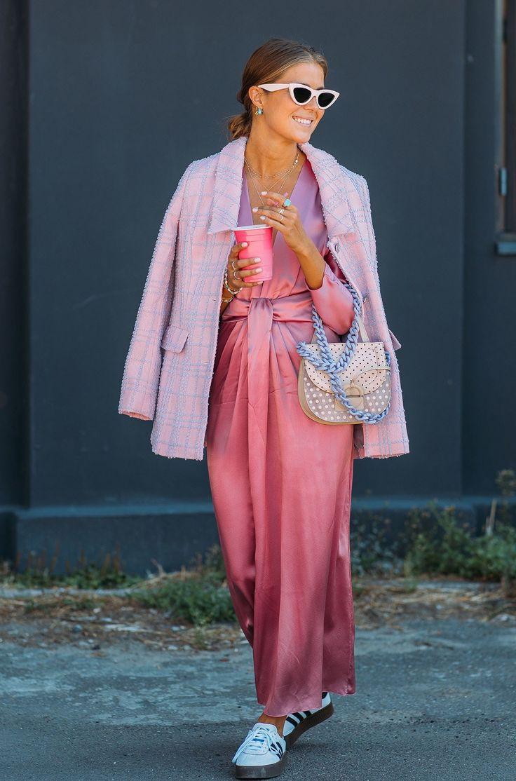 Девушка в атласном розовом платье и твидовом пальто