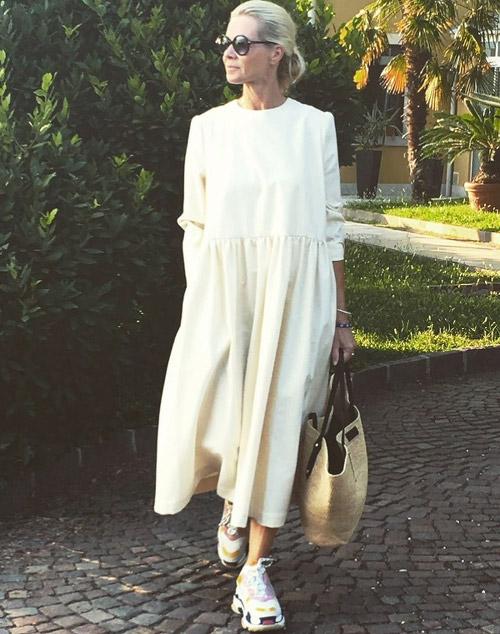 Девушка в белом платье миди и кроссовки