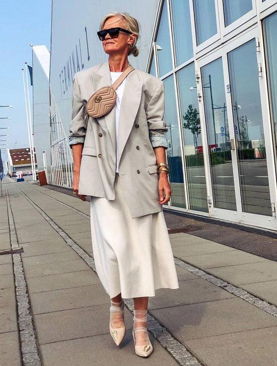 Девушка в белом платье миди, серый блейзер и поясная сумка