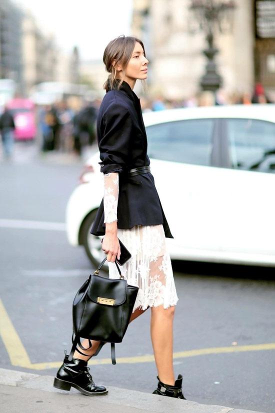 Девушка в белой кружевной юбке, черный блейзер и ботинки