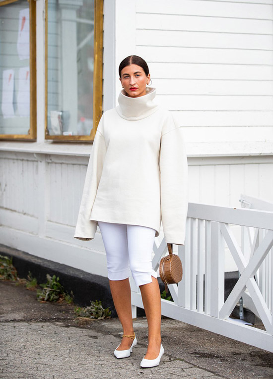 Девушка в белых капри, свитер оверсайз и белые туфли