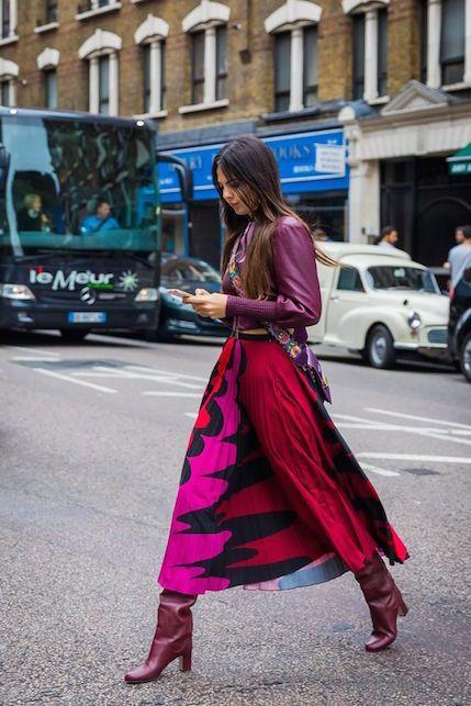 Девушка в бордовых брюках, сапоги трубы и куртка