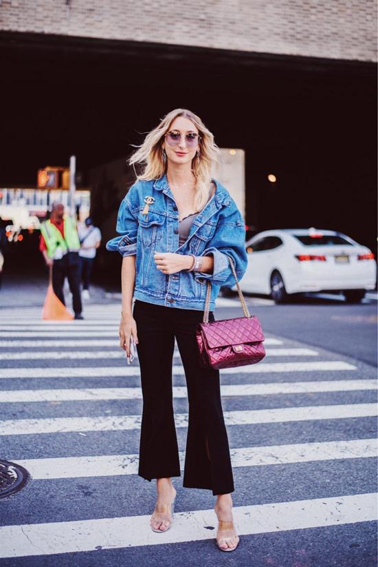 Девушка в брюках клеш, джинсовая куртка и бордовая сумка