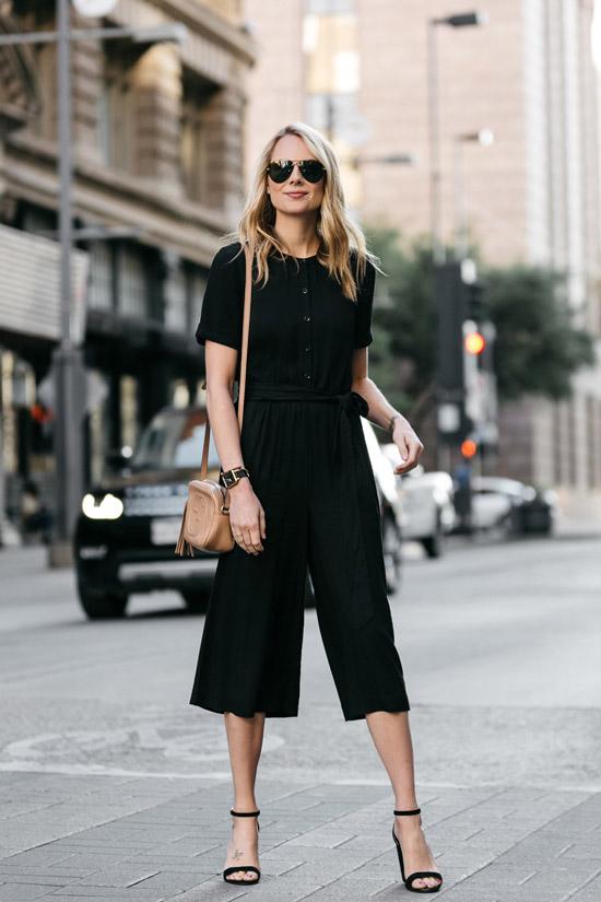 Девушка в брюках кюлотах, блузка и босоножки с ремешками