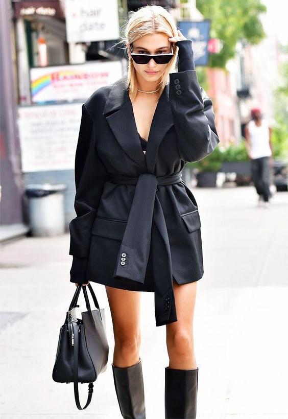 Девушка в черном блейзере с поясом, сапоги и сумка