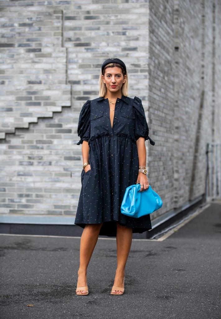Девушка в черном платье миди и бежевые босоножки