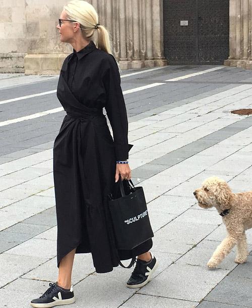 Девушка в черном платье миди с длинными рукавами, черные кроссовки