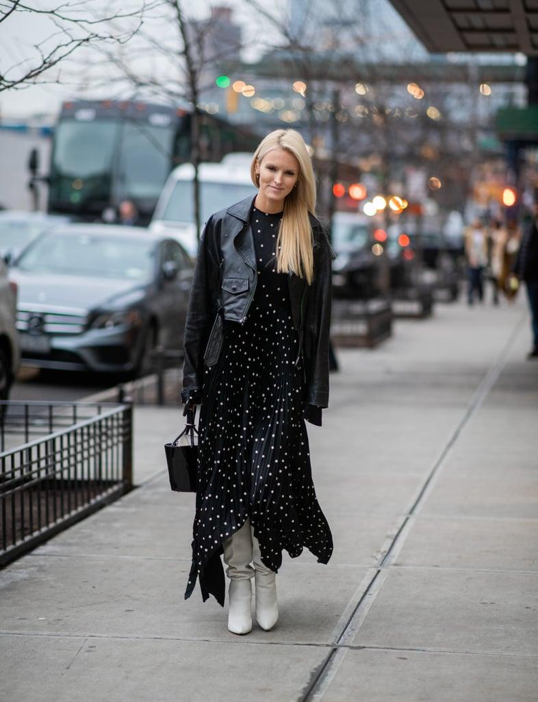 Девушка в черном платье в горох, кожаная курта и белые сапоги