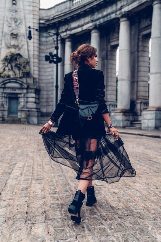 Девушка в черной прозрачной юбке, замшевый блейзер и ботинки