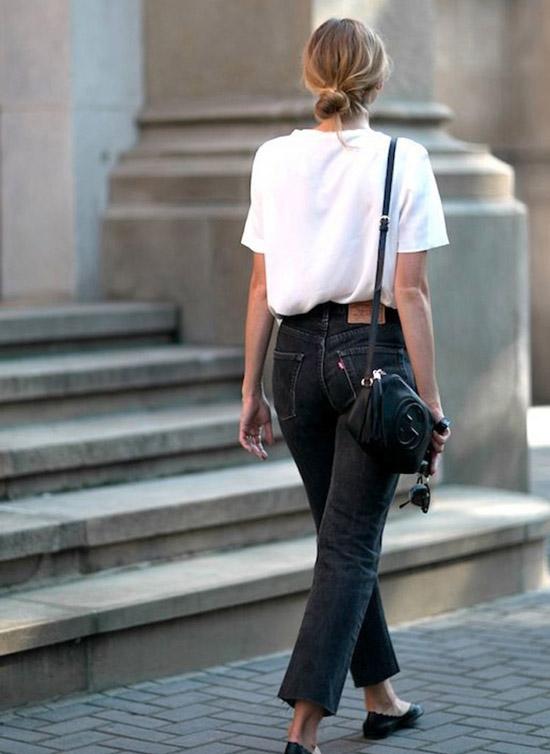 Девушка в черных джинсах, белая футболка и сумка