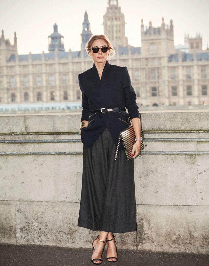 Девушка в черных широких брюках, блейзер с ремнем и босоножки
