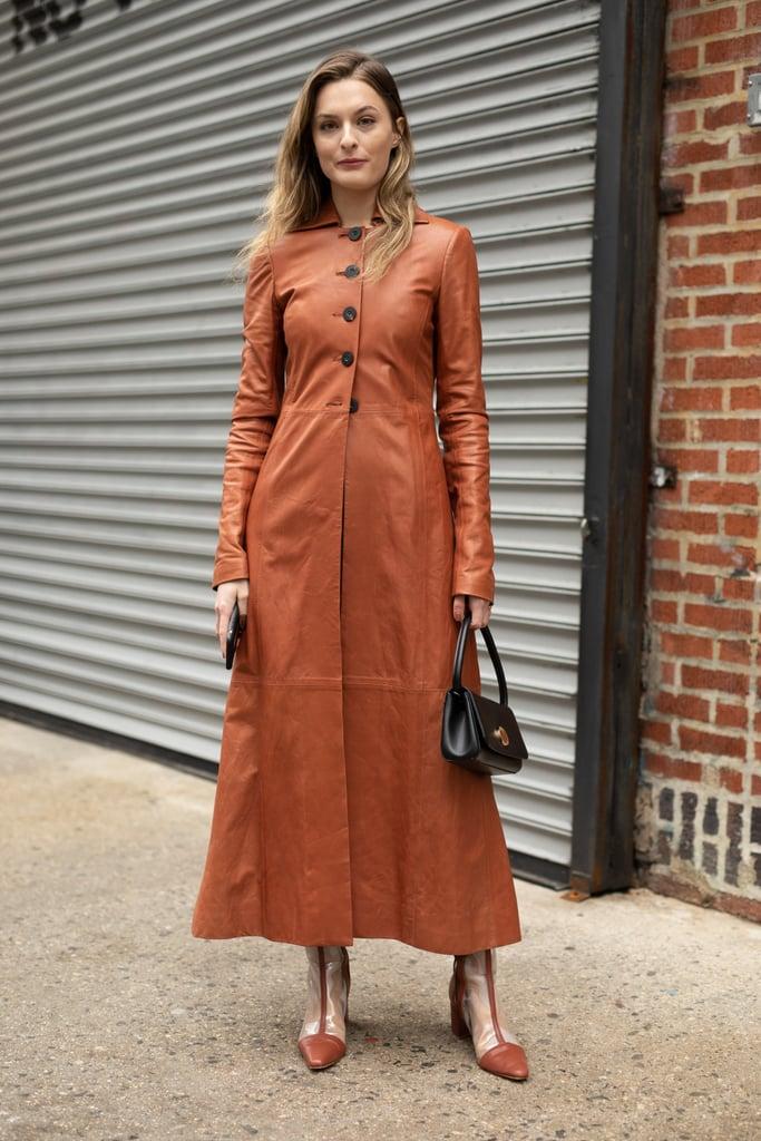 Девушка в длинном коричневом платье на пуговицах и сапоги