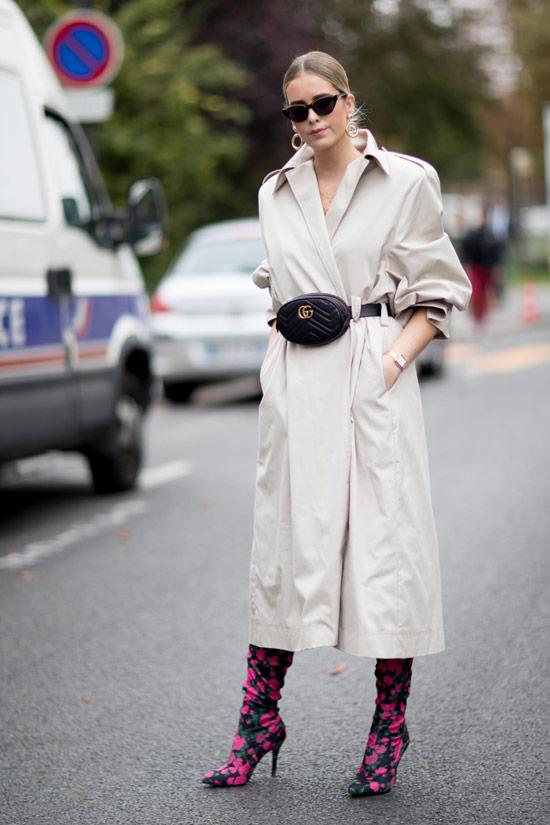 Девушка в классическом бежевом плаще, черная поясная сумка и розовые сапоги