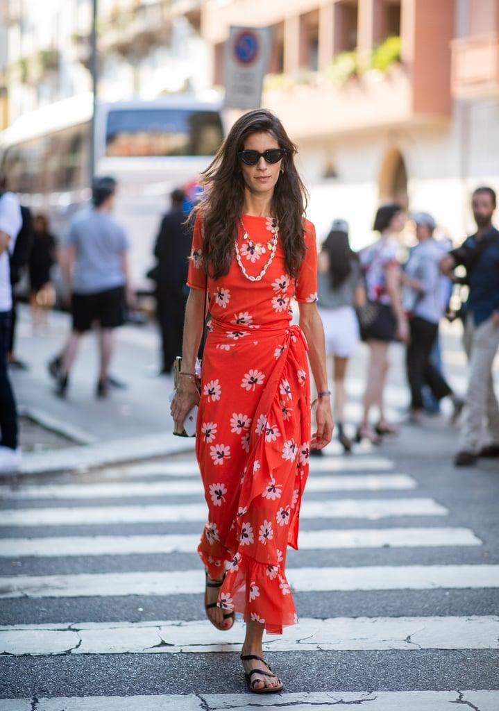 Девушка в красном длинном платье с цветочным принтом
