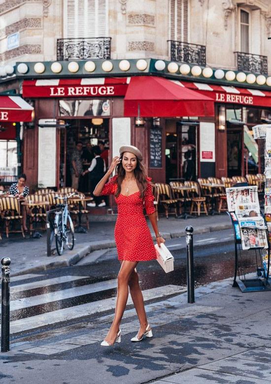 Девушка в красном мини платье, белые туфли и сумка