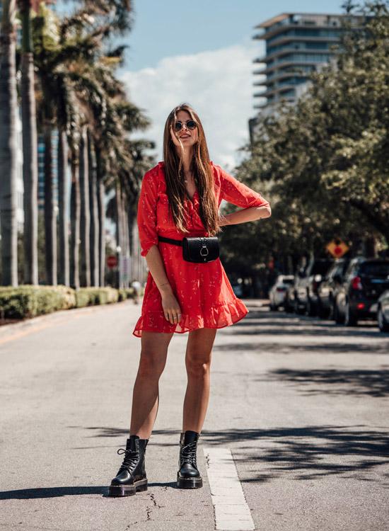 Девушка в красном мини платье, черная поясная сумка и ботинки