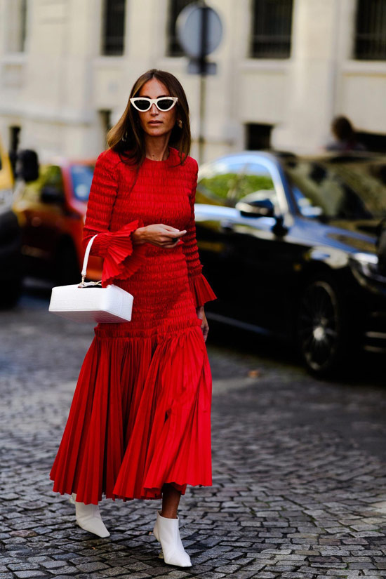 Девушка в красном платье макси, белые ботильоны и сумка