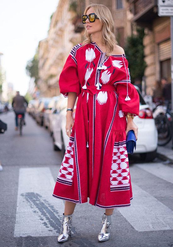 Девушка в красном платье миди, серебристые ботильоны и синий клатч