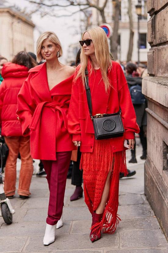 Девушка в красном платье с бахромой, джемпер и красные ботильоны