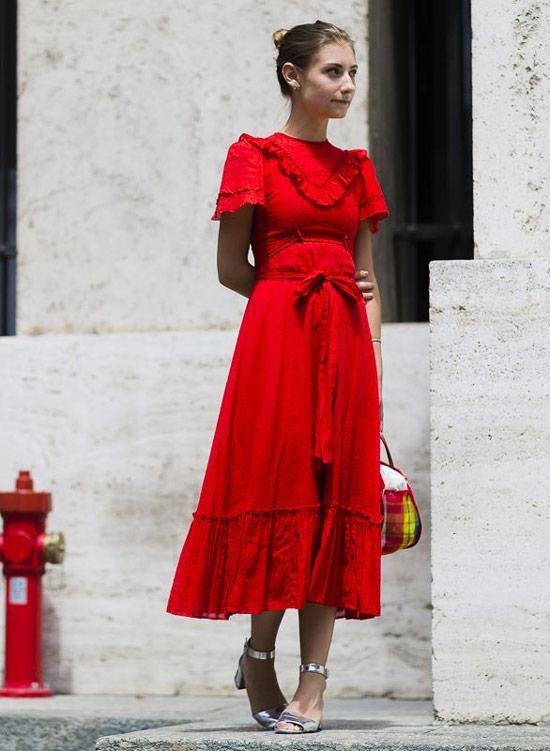 Девушка в красном платье с поясом, серебристые туфли и сумка