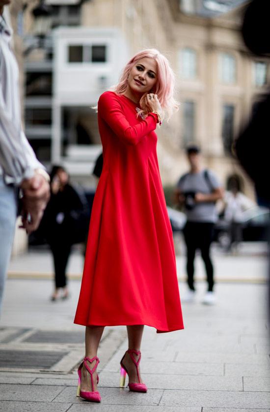 Девушка в красном свободном платье, розовые туфли на шпильке