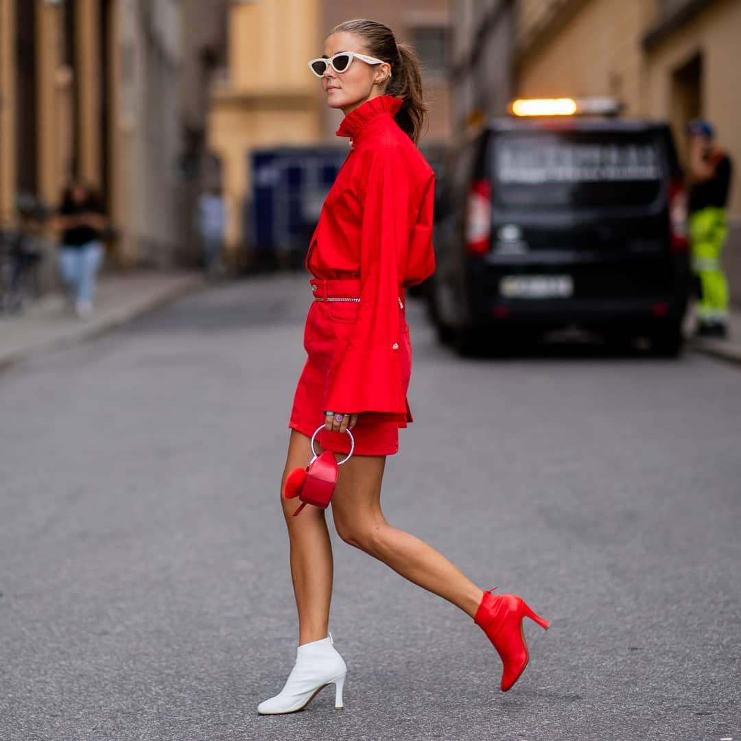 Девушка в красной мини юбке, блуза и ботильоны
