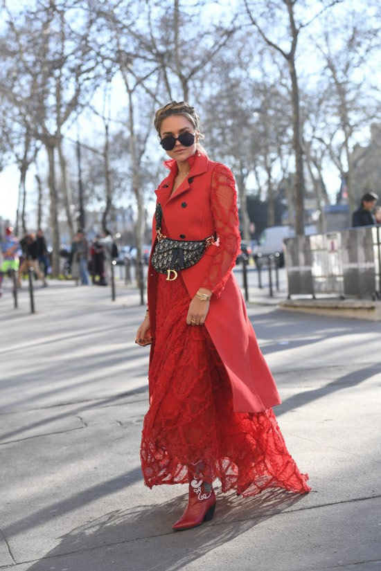 Девушка в кружевном платье, красное пальто, ботильоны и черная сумка