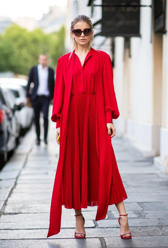 Девушка в легком платье, накидка и красные босоножки на ремешках