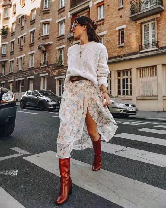 Девушка в легкой белой юбке, свитшот и красные сапоги