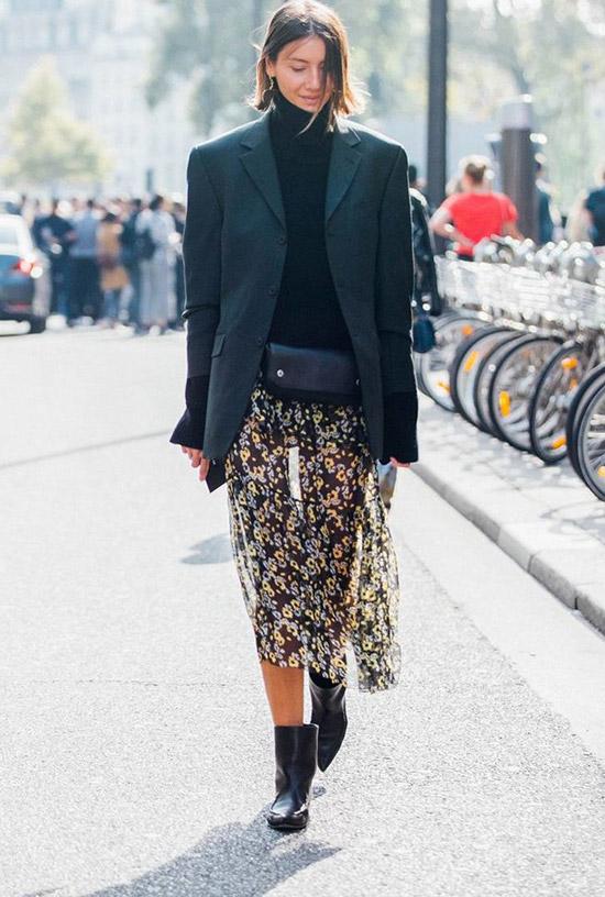 Девушка в легкой юбке миди, черная водолазка, жакет оверсайз и ботинки