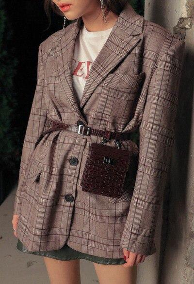Девушка в мини юбке, коричневый блейзер в клетку и поясная сумка