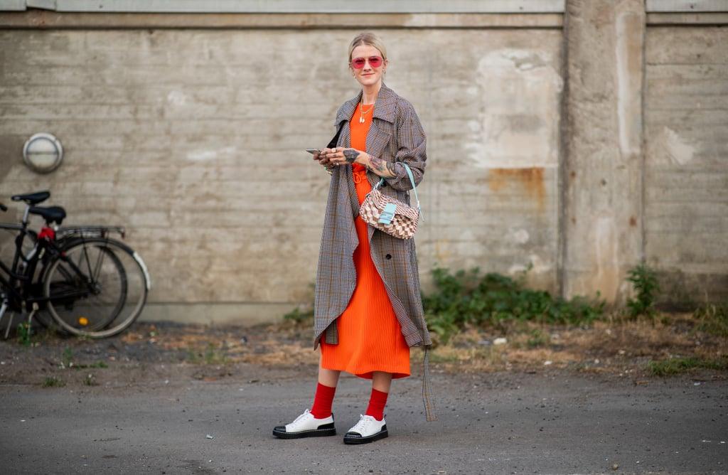 Девушка в оранжевом платье миди, серый плащ и мокасины