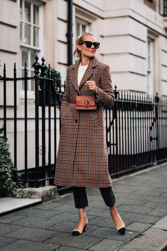Девушка в пальто в клетку, поясная сумка и туфли