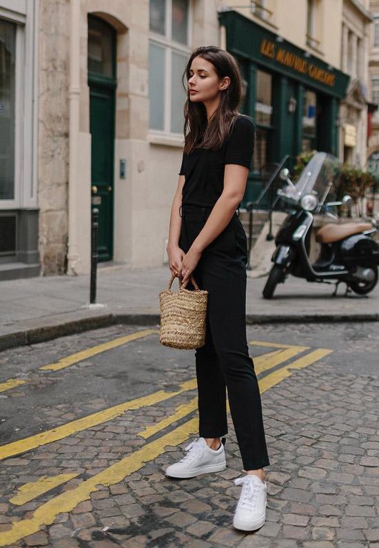 Девушка в прямых брюках, футболка и белые кеды