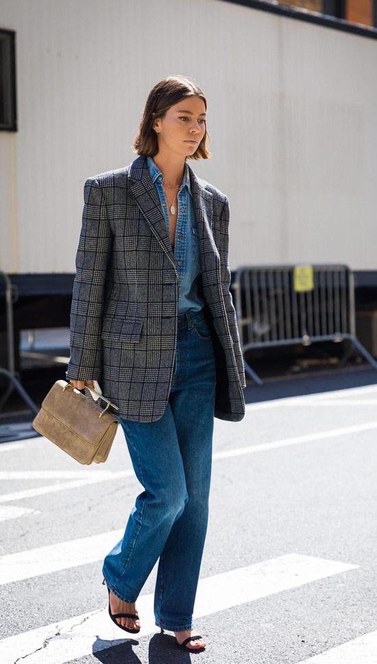 Девушка в прямых джинсах, серый блейзер в клетку и босоножки