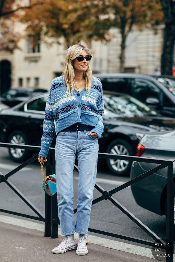 Девушка в прямых голубых джинсах и укороченный кардиган с узорами