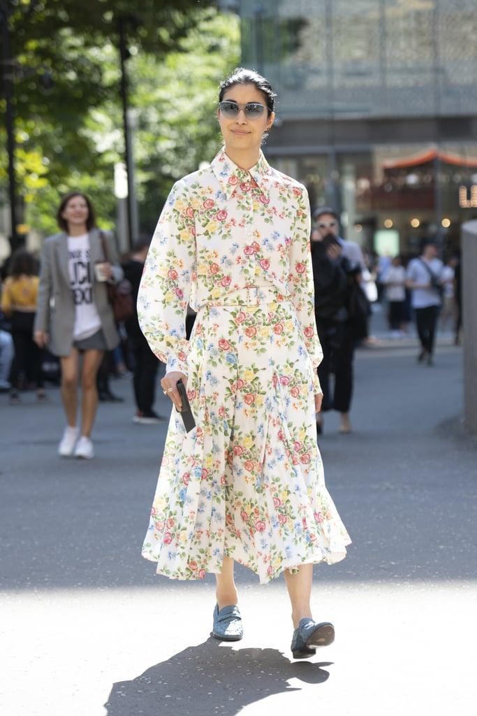 Девушка в романтичном платье с цветочным принтом