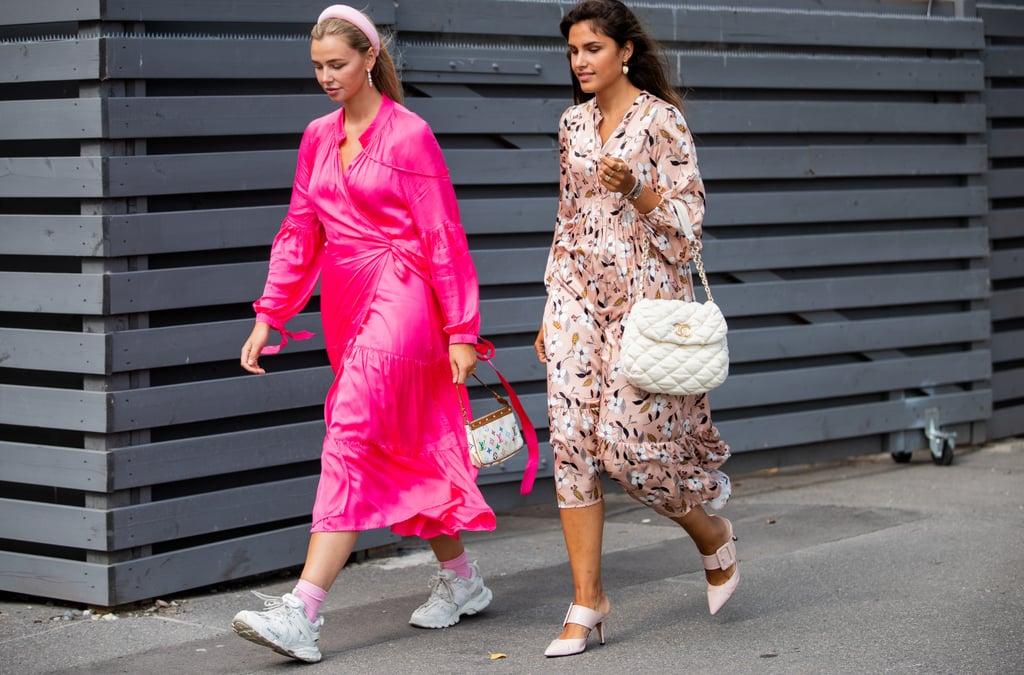 Девушка в розовом шелковом платье и кроссовках