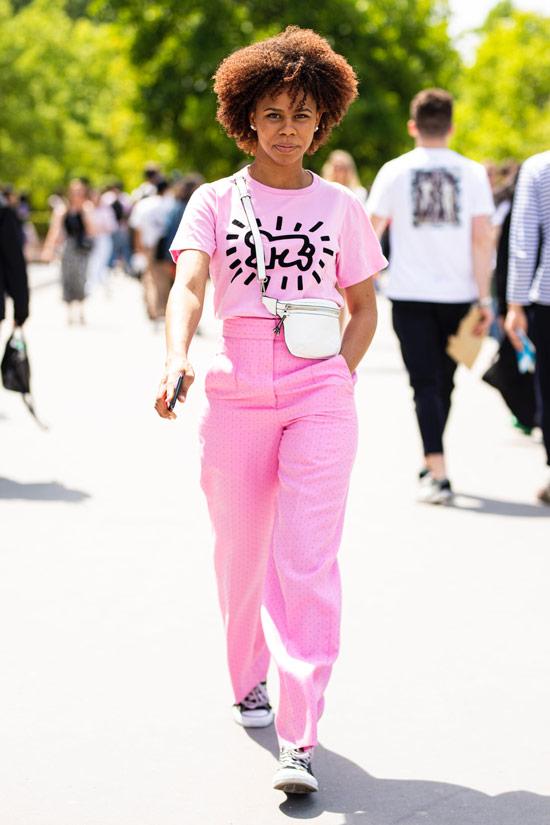 Девушка в розовых прямых брюках, футболка с принтом и кеды