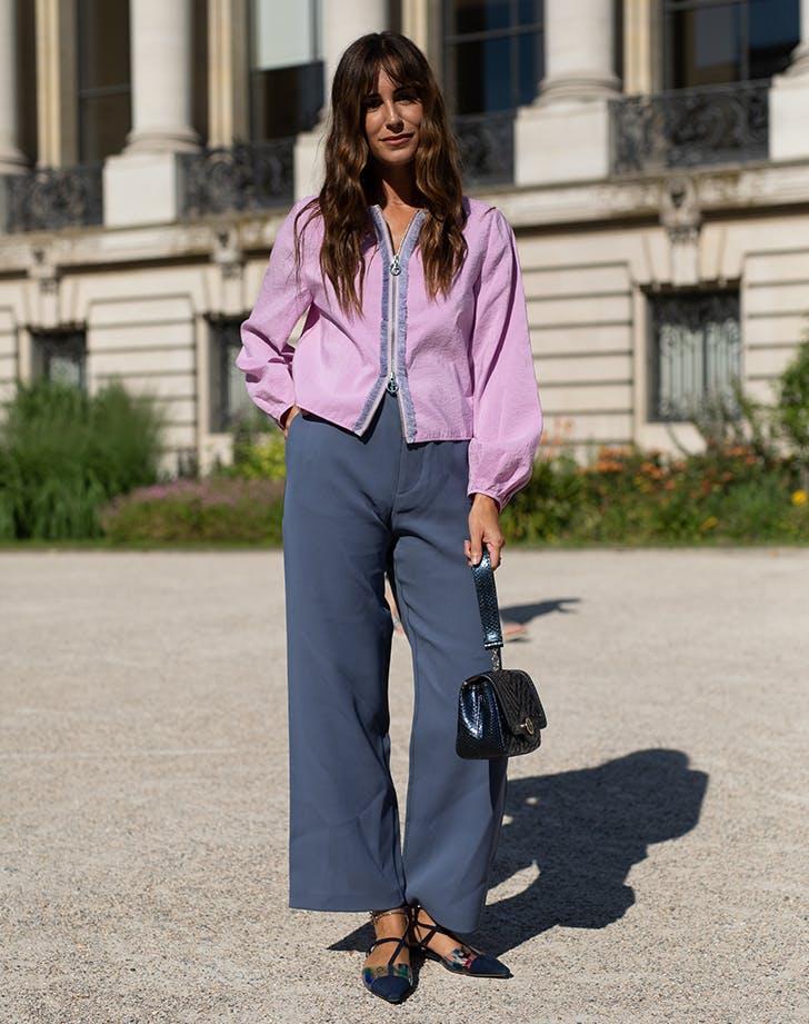 Девушка в серых брюках, сиреневая блузка и туфли