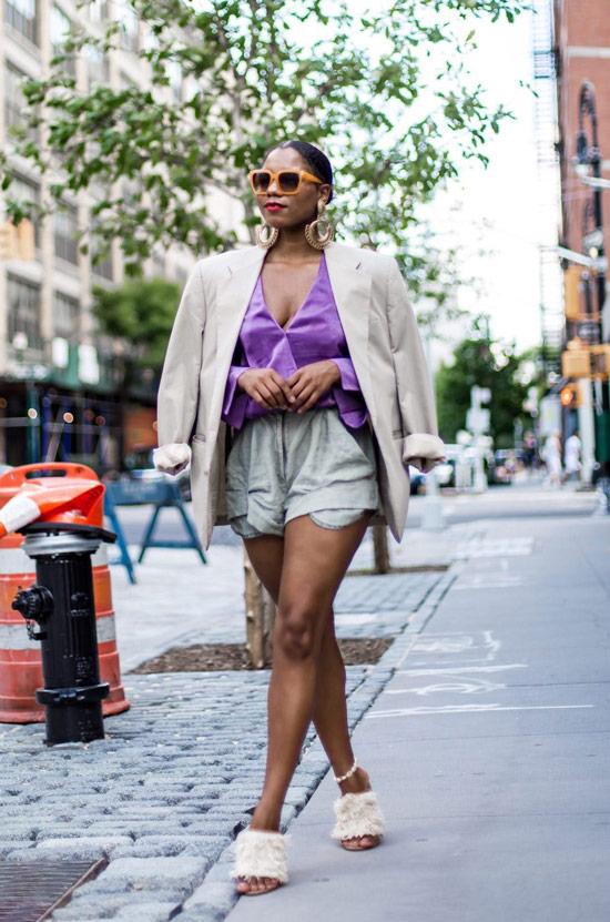 Девушка в серых шортах, фиолетовая блузка и блейзер