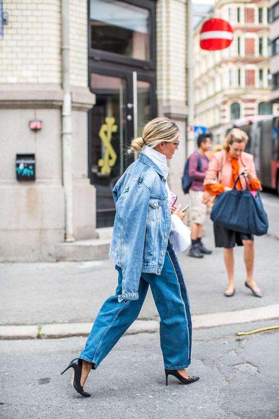 Девушка в широких джинсах, джинсовая куртка оверсайз и туфли на шпильке