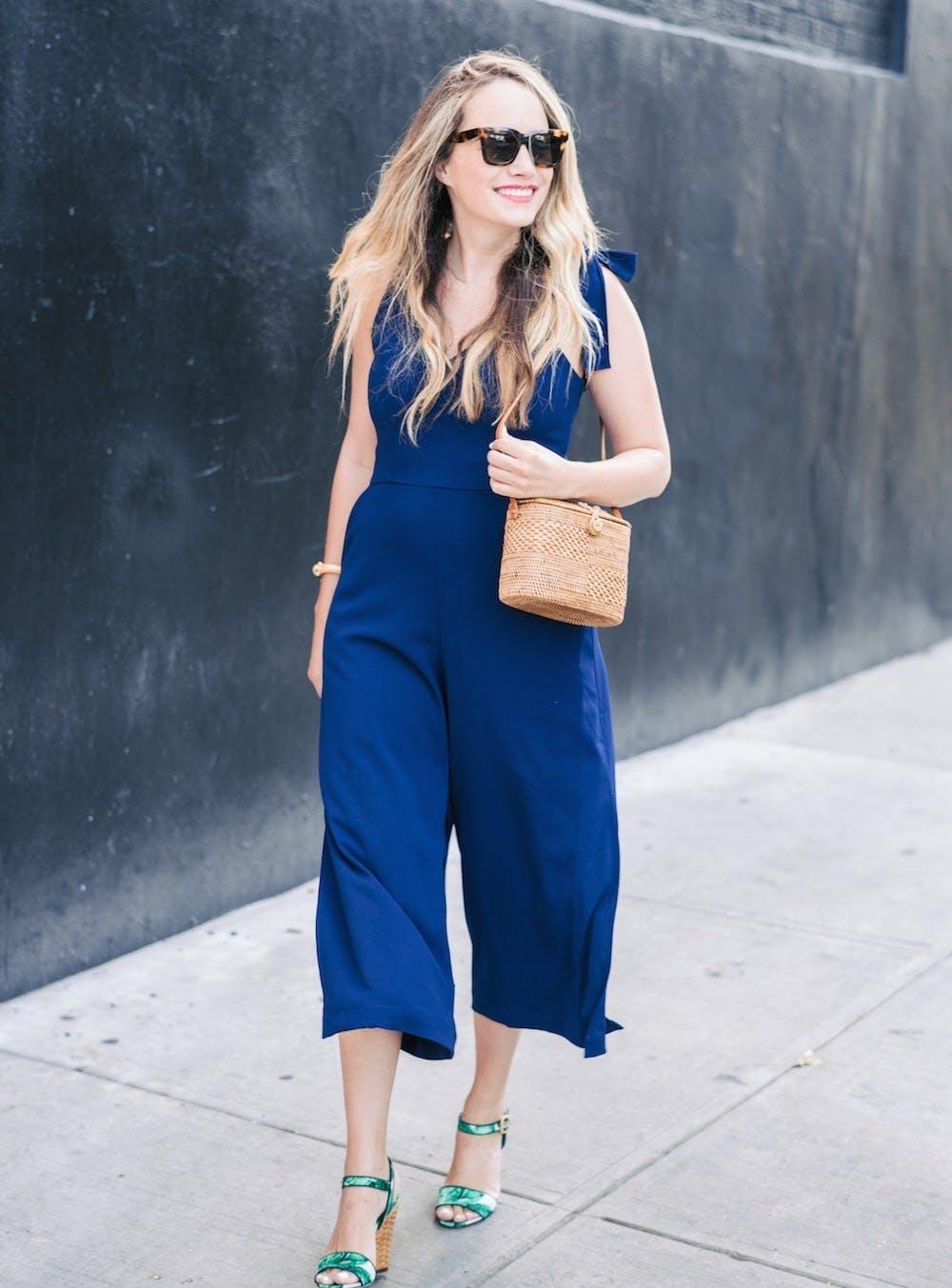 Девушка в синем комбинезоне и босоножки