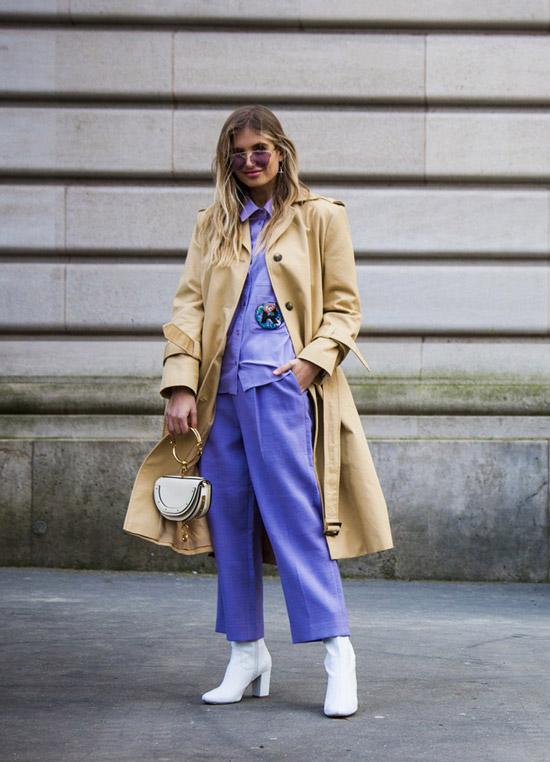 Девушка в светло фиолетовых брюках, рубашка, классический тренч и белые сапоги