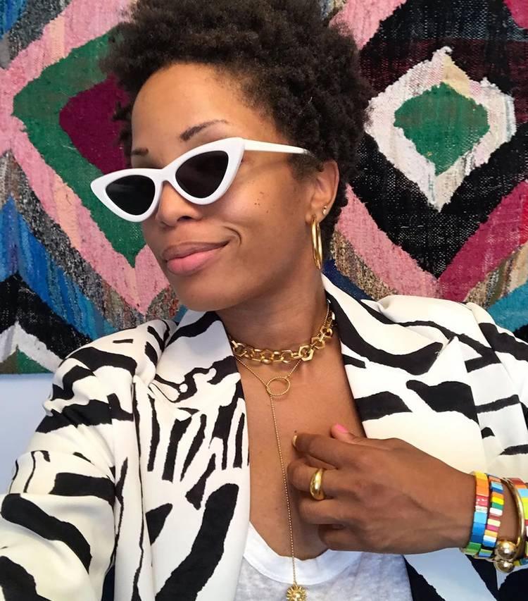 Девушка в тигровом пиджаке, солнцезащитные очки и объемные цепи